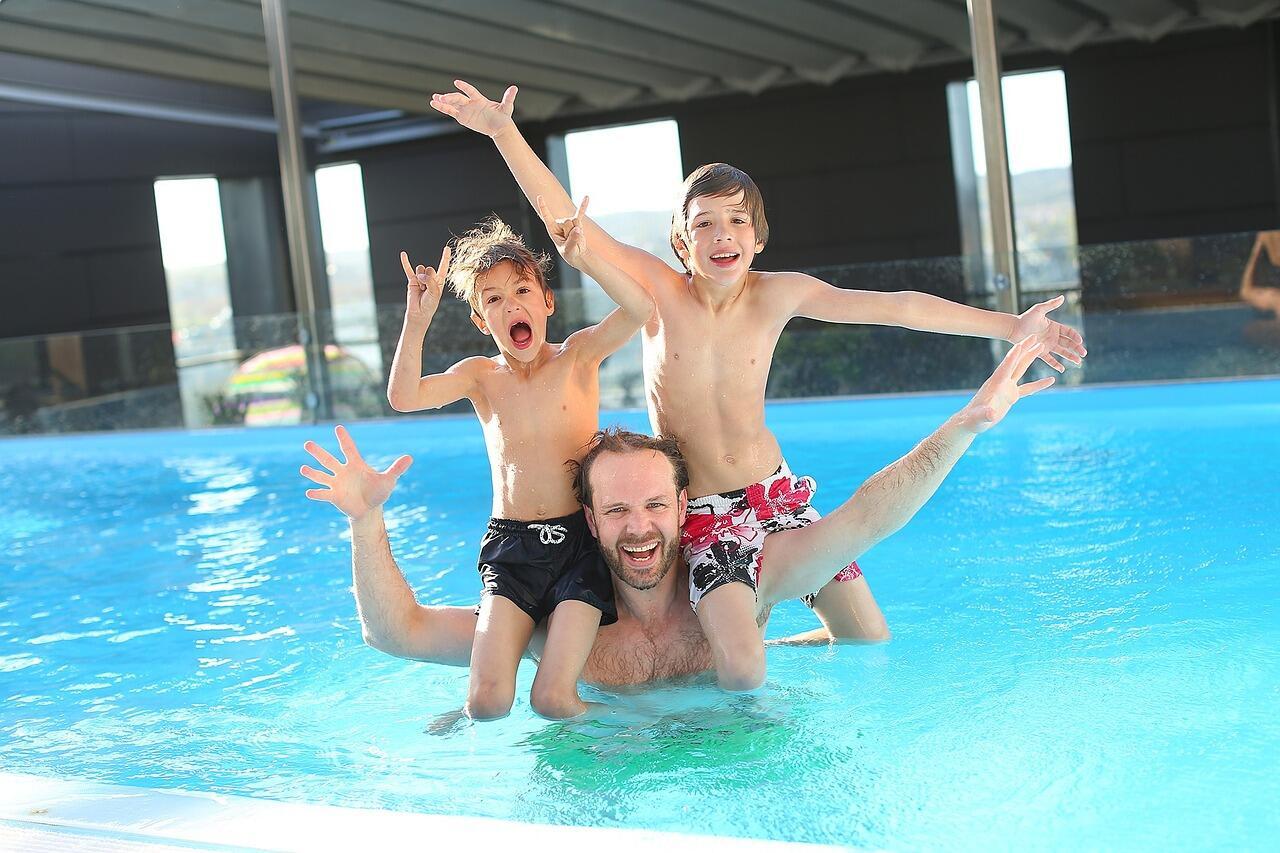 Mann Mit Kindern In Pool